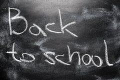 Message manuscrit sur le message d'écriture de tableau de nouveau à l'école Photographie stock libre de droits