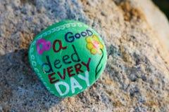 Message peint sur une petite roche Photos libres de droits
