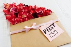 Message romantique de courrier avec des pétales de fleur, plan rapproché Photographie stock libre de droits