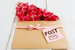 Message romantique de courrier avec des pétales de fleur, plan rapproché Images stock