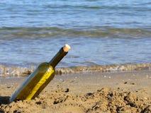 Message secret dans la bouteille en verre Photos stock