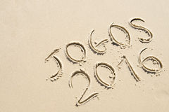 Message 2016 simple de Jogos manuscrit sur la plage de sable Photo stock