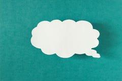 Message sous forme de nuage de papier sur un fond de turquoise, réseaux sociaux, remous photographie stock libre de droits