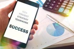 Message sur un mobile au sujet de l'approche de réussite commerciale image libre de droits