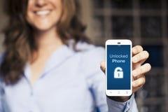Message téléphonique débloqué Femme tenant un téléphone portable avec une main Image libre de droits