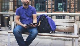 Message textuel de hippie sur la maquette de tablette ou d'écran vide de technologie Jeune homme de sourire avec le sac à dos uti image libre de droits