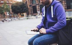 Message textuel de hippie sur la maquette de tablette ou d'?cran vide de technologie Utilisation de jeune homme de sourire num?ri photographie stock libre de droits