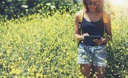 Message textuel de hippie sur la tablette, maquette d'?cran vide vide Voyageur de fille ? l'aide de l'instrument sur le fond jaun photographie stock libre de droits
