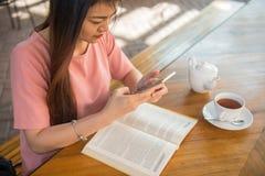 Message textuel de jeune fille avec les amis en ligne Photo libre de droits