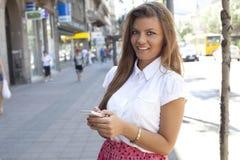 Message textuel de lecture de femme d'affaires au téléphone Image stock