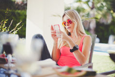 Message textuel de lecture de femme sur le mobile Image stock