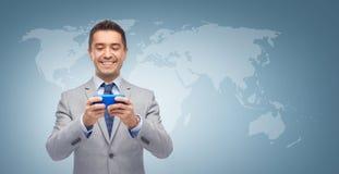 Message textuel heureux d'homme d'affaires sur le smartphone Photos libres de droits