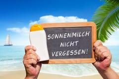 Message textuel - le nicht de Sonnenmilch vergessen sur une ardoise Photographie stock