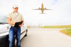 Messager avec Van et avion, concept de transport aérien Image stock