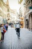 Messager de Deliveroo faisant un cycle rapidement pour la livraison de nourriture à Strasbourg Photos libres de droits