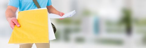 Messager de la livraison tenant des formes devant le fond brouillé Image stock
