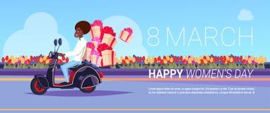 Messager On Scooter Delivery d'afro-américain des présents pour la carte de voeux créative de jour international heureux de femme Images stock