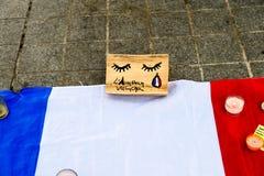 Messages, bougies et fleurs dans le mémorial pour les victimes Images stock