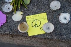 Messages, bougies et fleurs dans le mémorial pour les victimes Image libre de droits