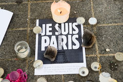 Messages, bougies et fleurs dans le mémorial pour les victimes Photo libre de droits
