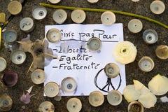 Messages, bougies et fleurs dans le mémorial pour les victimes Photographie stock libre de droits