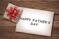 Messages heureux de jour de pères sur le papier avec le cadeau Photo libre de droits