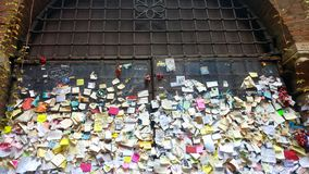 Messages of love on a pan in the yard of Julia& x27;s house in Verona stock photography