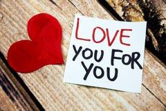 Messages manuscrits émotifs au sujet de l'amour avec le symbole rouge de coeur au-dessus du rétro fond en bois Image plate de con Images libres de droits