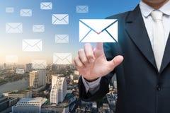 Messages ou lettre émouvants de main d'homme d'affaires sur le fond de ville Image stock
