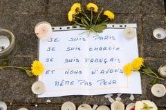 Messaggi, candele e fiori in memoriale per le vittime Immagini Stock