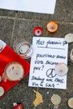 Messaggi, candele e fiori in memoriale per le vittime Fotografia Stock