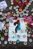 Messaggi, candele e fiori in memoriale per le vittime Immagini Stock Libere da Diritti