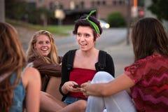 Messaggi teenager di Texting delle ragazze Fotografia Stock