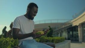 Messaggio afroamericano radiante del tipo mentre pranzando rottura archivi video
