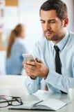 Messaggio commerciale mandante un sms Fotografia Stock Libera da Diritti