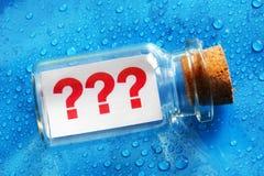 Messaggio del punto interrogativo in una bottiglia Immagini Stock