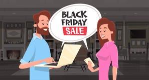 Messaggio della bolla di chiacchierata di vendita di Black Friday con l'uomo e la donna che usando Smartphone e progettazione del Immagini Stock Libere da Diritti