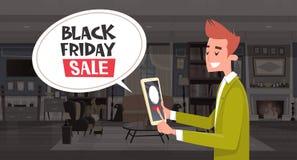 Messaggio della bolla di chiacchierata di vendita di Black Friday da progettazione dell'insegna di sconti di Guy Using Digital Ta Immagini Stock