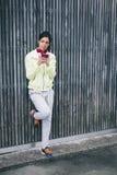 Messaggio della donna di forma fisica con lo smartphone Fotografia Stock