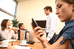 messaggio della lettura della donna di affari sul telefono mobile. presentazione nella priorità bassa. Immagine Stock