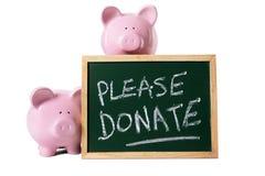 Messaggio della scatola di donazione del fondo di carità con i porcellini salvadanaio isolati su fondo bianco Immagini Stock