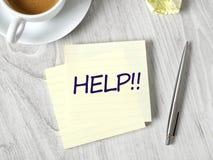 Messaggio di aiuto sulla nota adesiva fotografie stock