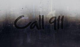 Messaggio di avviso di chiamata 911 scritto sull'automobile o sulla finestra della costruzione Fotografia Stock Libera da Diritti