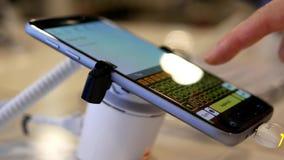 Messaggio di battitura a macchina della gente sul cellulare della nota 7 della galassia di Samsung video d archivio