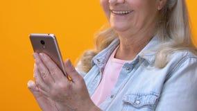 Messaggio di battitura a macchina femminile invecchiato sullo smartphone, facente scorrere app mobile, tariffa del telefono stock footage