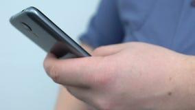 Messaggio di battitura a macchina sullo smartphone, tempo pigro della rottura, stile di vita sedentario della mano maschio video d archivio