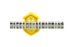 Messaggio di inaugurazione di una nuova casa con la casa gialla Immagini Stock Libere da Diritti