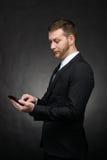 Messaggio di scrittura dell'uomo d'affari sullo smartphone Fotografia Stock Libera da Diritti