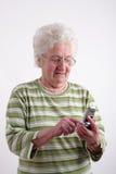 Messaggio di scrittura della signora anziana fotografia stock