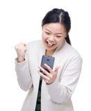 Messaggio di sorpresa ottenuto donna dell'Asia dal cellulare Immagine Stock Libera da Diritti